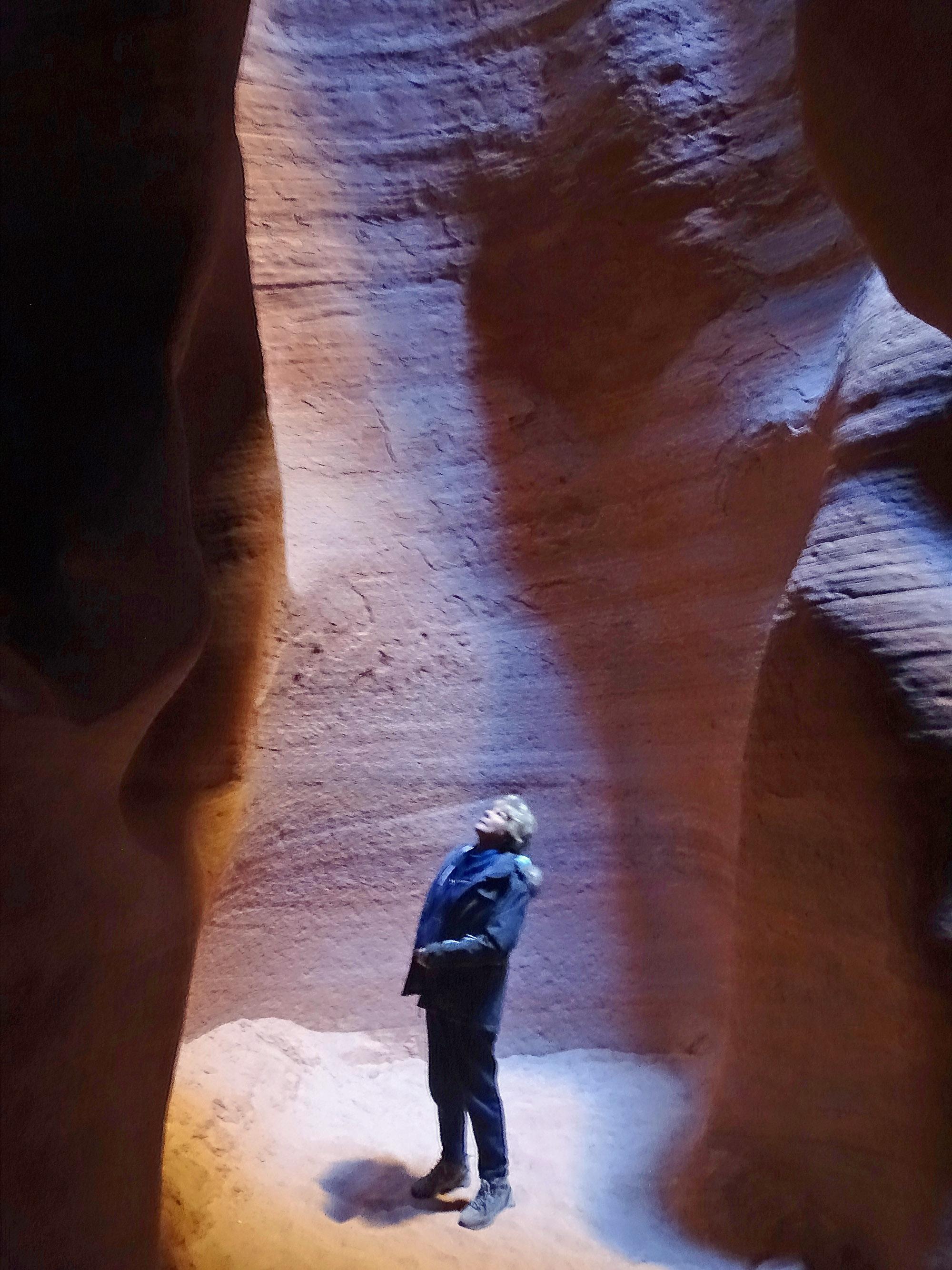 Looking up at the antelope canyon